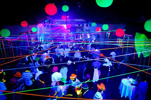 Soir e fluo nos conseils pour l 39 organiser couleur de nuit for Peinture fluorescente exterieur